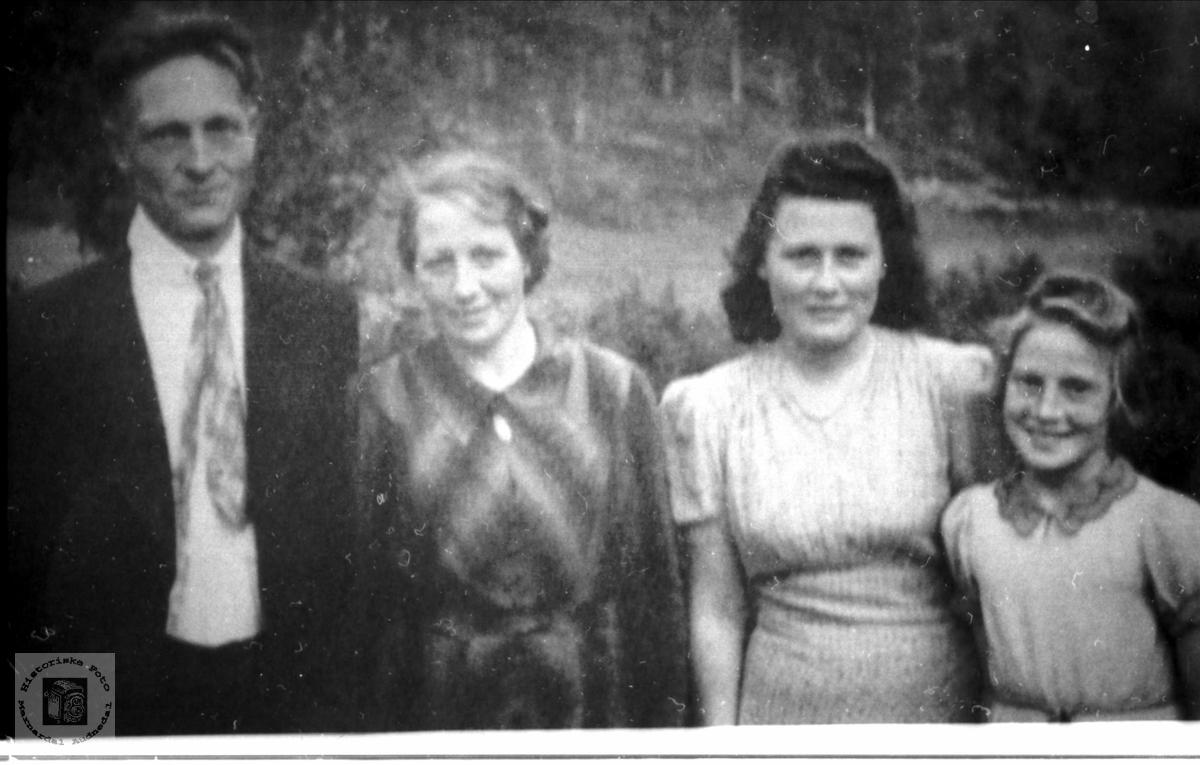 Portrett av familie fra ytre Øydna i Grindheim.