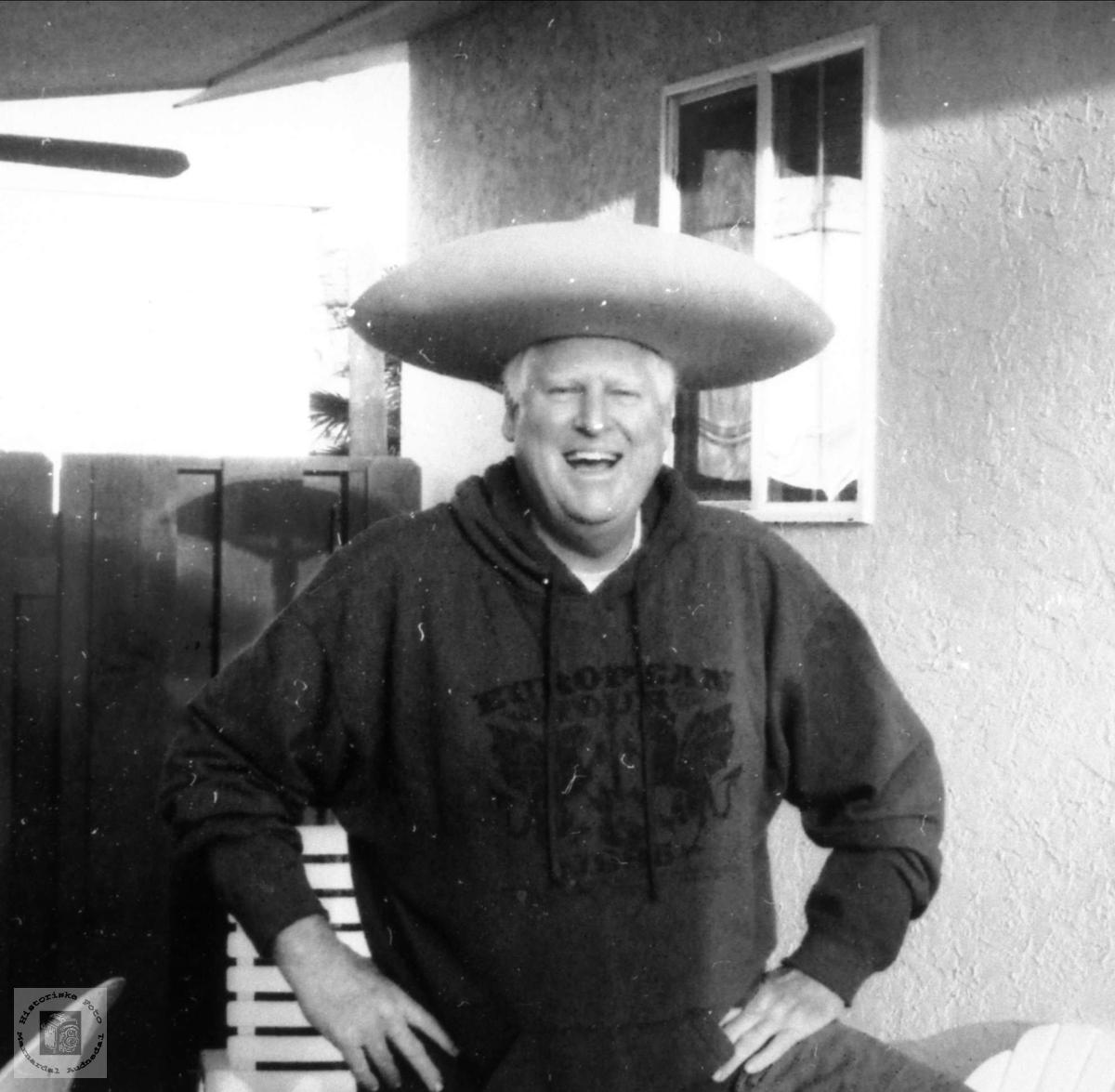 """Humørfylt """"Meksikaner"""" Robert Abelset med sombrero."""