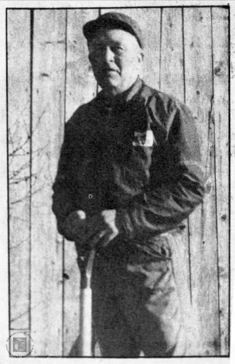Portrett av vegvokter Olav Ask, Bjelland, med spade og spett.