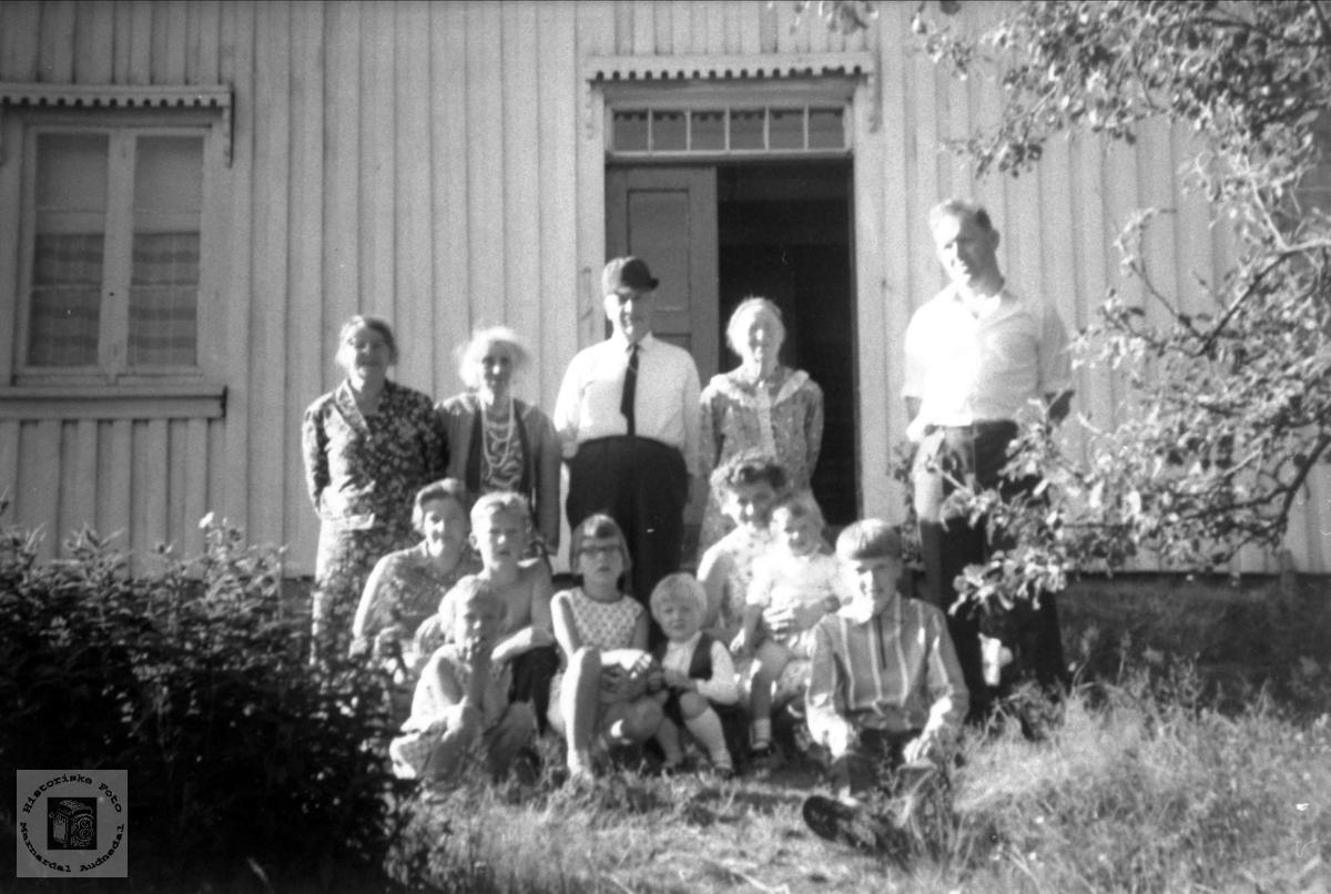 Stor familiegruppe med tilknytning til Kalvekleiv, Laudal.