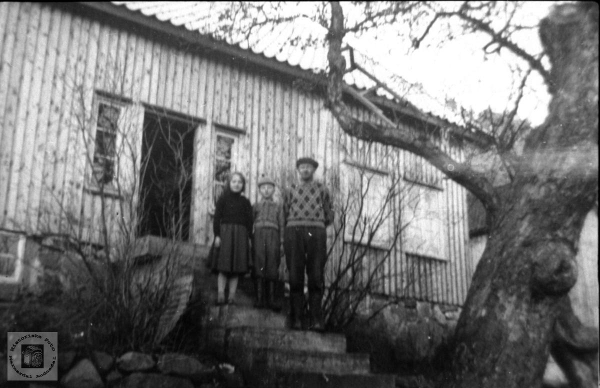 På framtrappa. Synnøve, Gunnar og Peder Laudal.