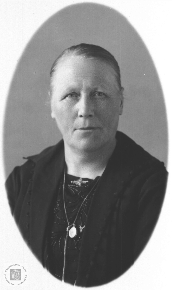 Portrett Sille Marie Rolfsdtr Brunvatne gift Skjævesland, Øyslebø.