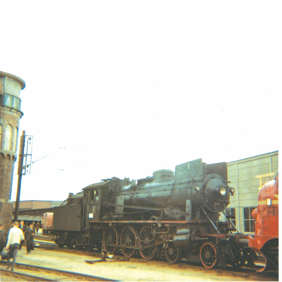 Damplok 30a nr. 271 på svingskiven på Hamar stasjon, trukket frem for fotografering i forbindelse med SJKs besøk.