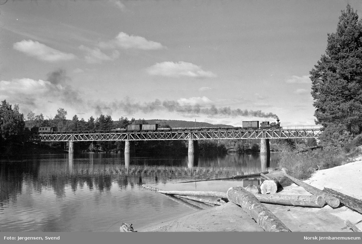 Godstog 5661 trukket av damplokomotiv på Hornnes bru