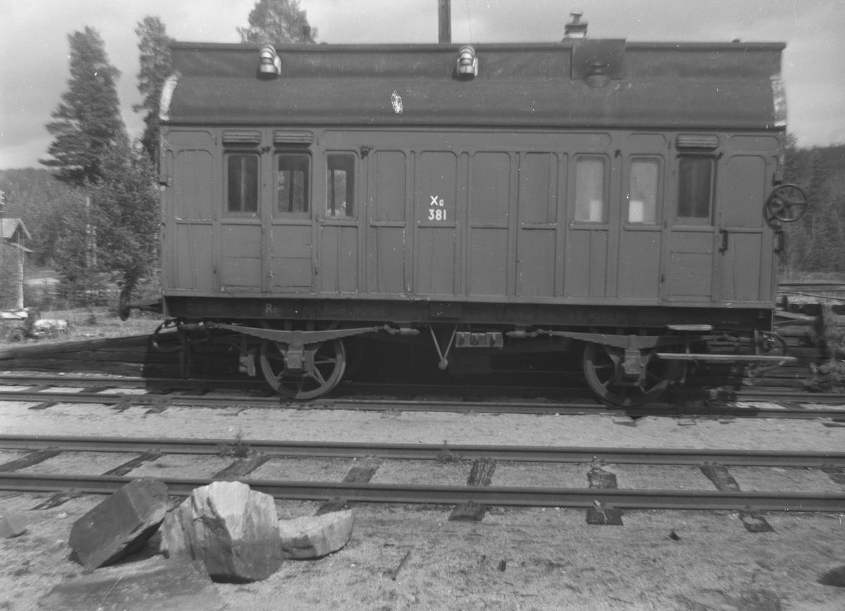 Sanitetsvognen Zu 381 hensatt på Kløftefoss stasjon.