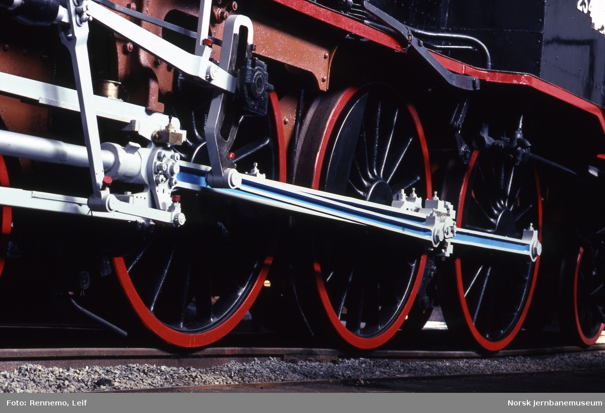 Hjul og styring på damplokomotiv nr. 234 av type 27a utstilt på Norsk Jernbanemuseum