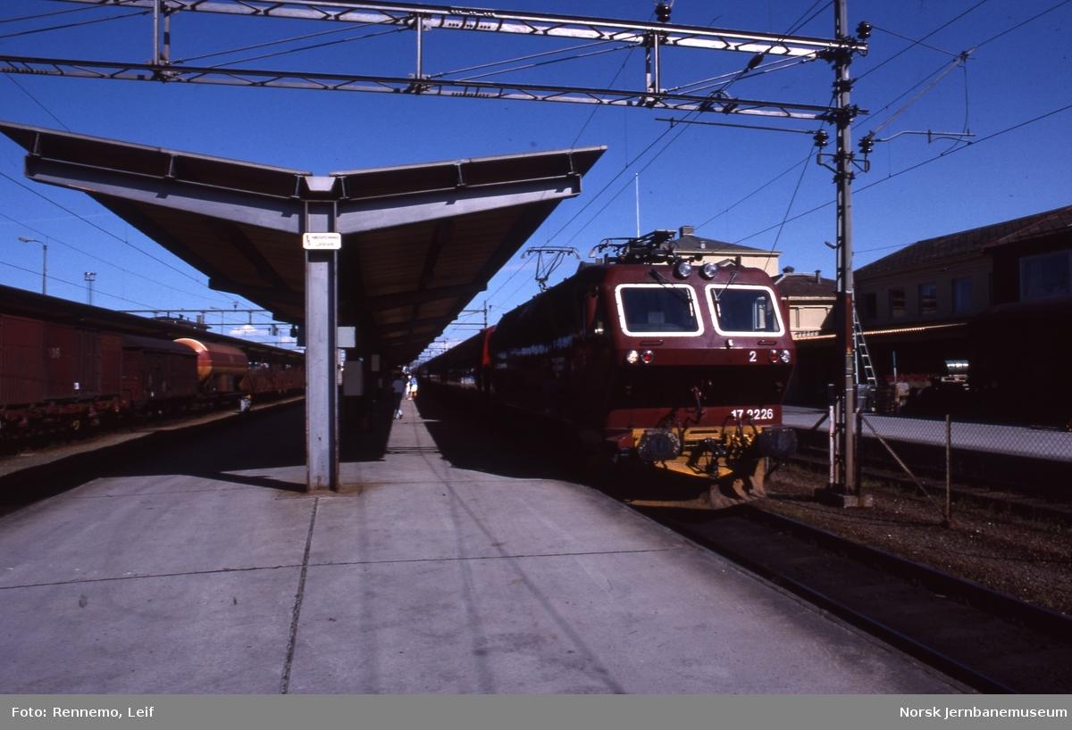 Trondheim stasjon, hvor El 17 2226 står klart med sørgående ekspresstog 42