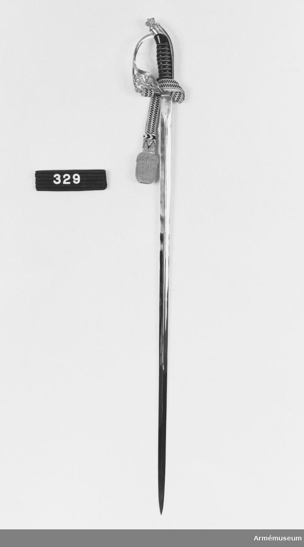 Klingans bredd vid fästet 21 mm. Inskription på klingan: GENERALLÖJTNANT C.E. ALMGREN  12-16.6 1972; Gåva till gen.löjtn. C. E. Almgren vid dennes besök vid finska armen. Överlämnad genom chefen för huvudstaben, gen.löjtn. Lauri Sutela, juni 1972.  Samhörande nr är 294-299, 321-350, 400-448 (329-331).