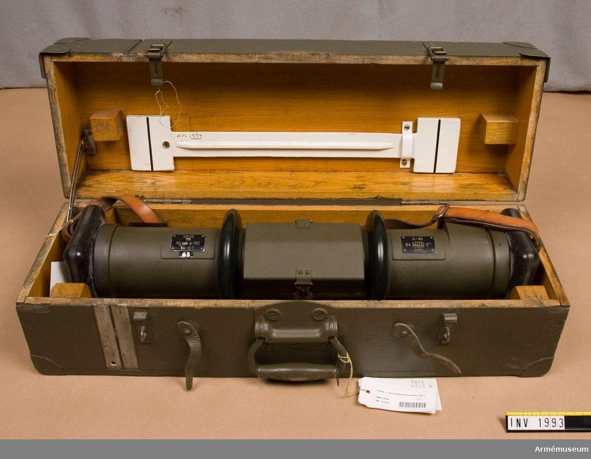 Samhörande nr är 1993-1994.Avståndsinstrument M2, 40 cm.System Koincidens. Typ Nife. Tillv.nr: 49757. Förstoring: 8xsynfält 5 grader. A-instrument: 87 (65). Består av: 1 avståndsinstr, 1 bärrem. Samhör m instr.låda.
