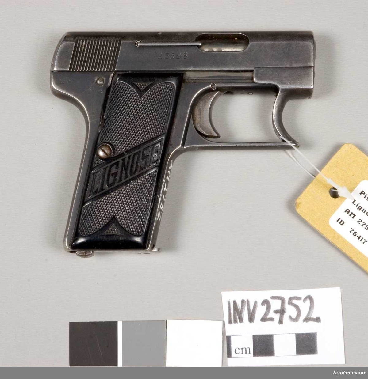 Enl uppgift brukad i Finland av tyska krigsinvalider under 2.a världskriget. Finsk gåva.  Består av: 1 pistol, halvautomatisk, 1 magasin, 8-patroners.