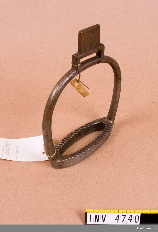 """Märkt """"KBP 56"""" och krona. (Med löpare över stiglädret/remstöd kunde stigbygeln ges ett fast läge)."""