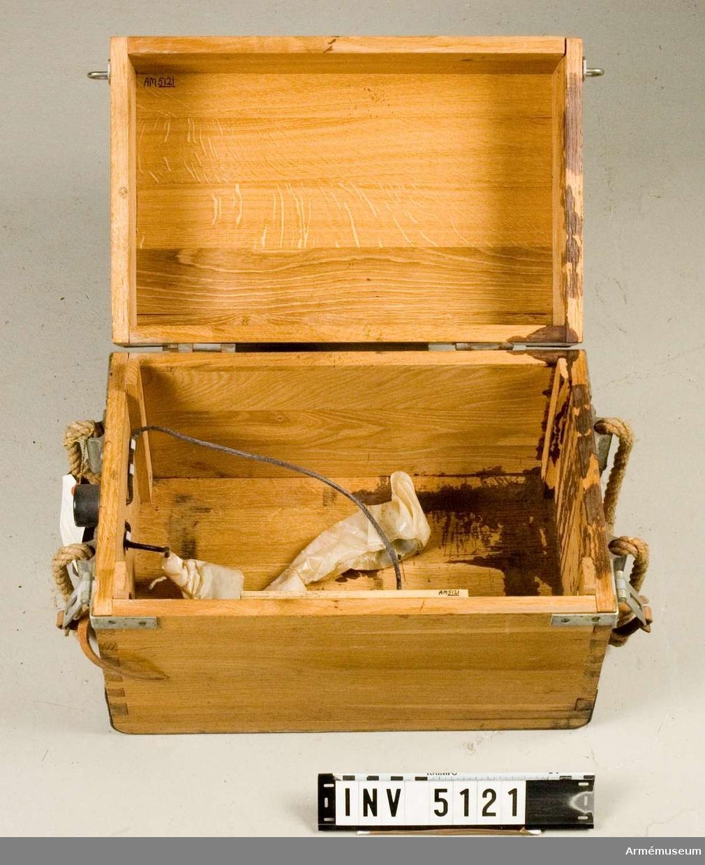Ackumulatorlåda till radiostation 75 watt transportabel m/1943. Mått 415x270x300 mm. Låda av ek. Märkt med tre kronor.   Samhörande nr är AM.5117-21