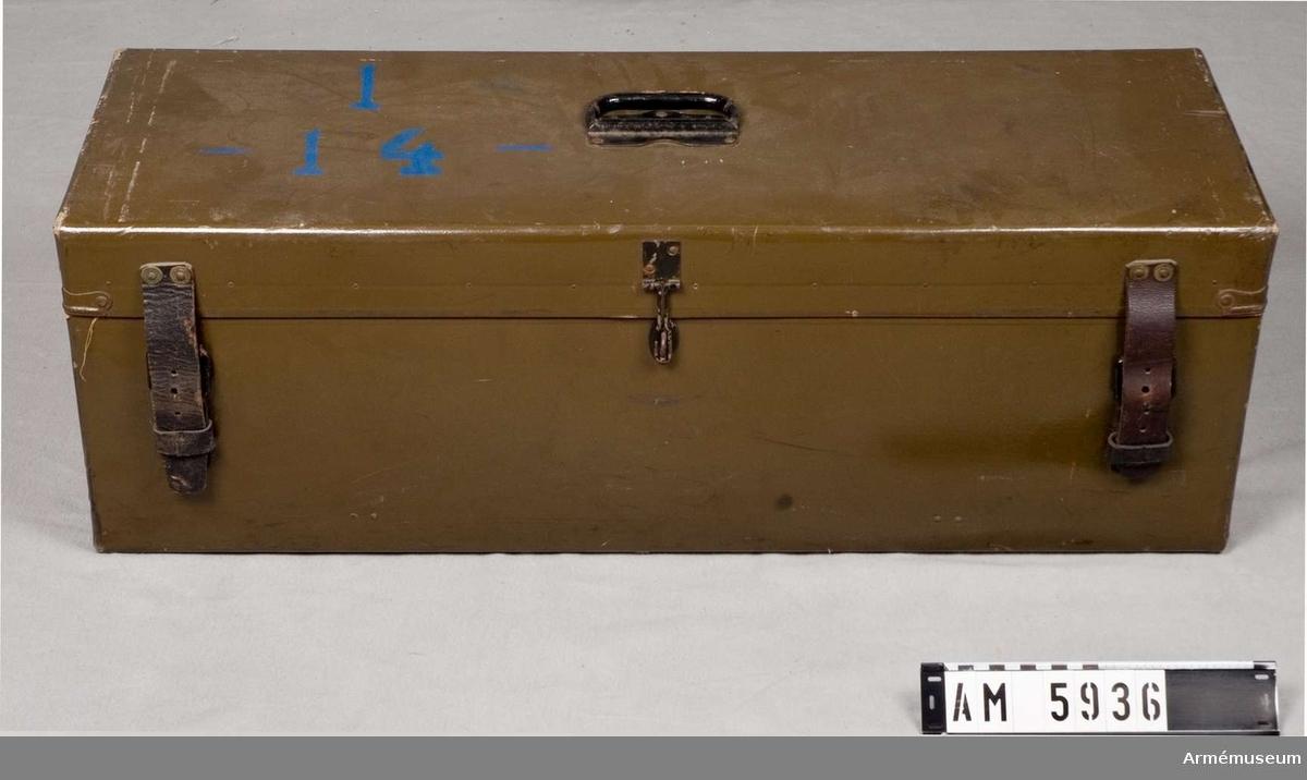 Av pappersmassa.  Mått: 800x265x270 mm.