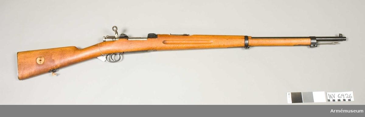 Gevär m/1896, system Mauser, med hållare för kikarsikte  försöksmodell Norma.Tillverkningsnr 182. Märkbricka saknas från kolven. Slutstyckets handtag är böjt nedåt. Märkt HK 45 182. Hållare för kikarsikte tillverkad av Norma projektilfabrik Åmotfors.