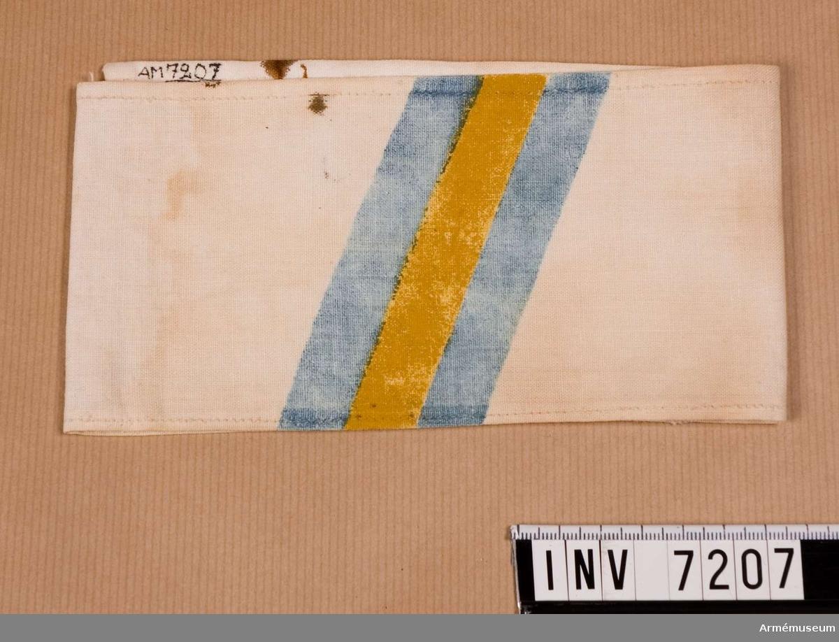 Sydd av vit linnelärft med målat något snedställt ett blått fält med en gul rand i mitten.  Samhörande nr är 7202 - 7210.