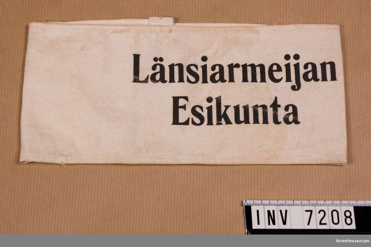 Av vit bomullsväv med i svart tryck texten: Länsiarmeijan  Esikunta.