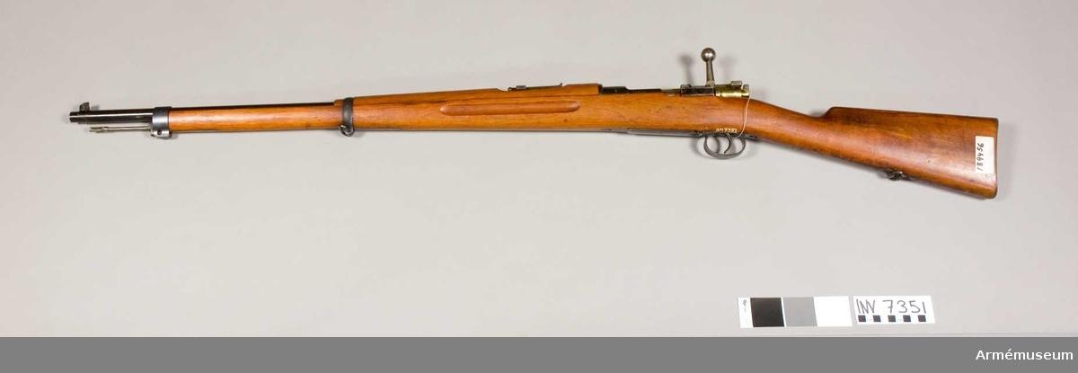 Gevär m/1896, system Mauser. Kaliber 6.5. Tillverkningsnr 189456. Märkt J.V. Magasin rymmande 5 patroner. Trappramsikte och korn. Största skottvidd 4500 m.