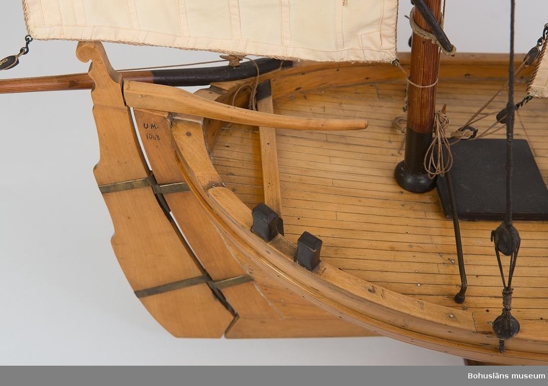 Ur handskrivna katalogen 1957-1958: Fiskefartyg, modell L.(från för till akter) 102, Kravellbyggd fiskejakt med 5 segel o 2 master. Något skadad.  Lappkatalog: 46