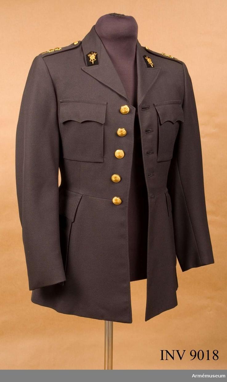 Av stålgrått panamavävt tyg, är enkelknäppt med 5 knappar av 1751 års modell för ingenjörstrupperna. På kragspeglarna truppslagstecken för ingenjörstrupperna. Fasta axelklaffar knäppta med mindre knappen av 1751 års modell samt försedda med en etta och två stjärnor betecknande regementet Ing 1 Svea ingenjörsregemente och gradbeteckning för löjtnant. Källa UNIA nr 3:41.