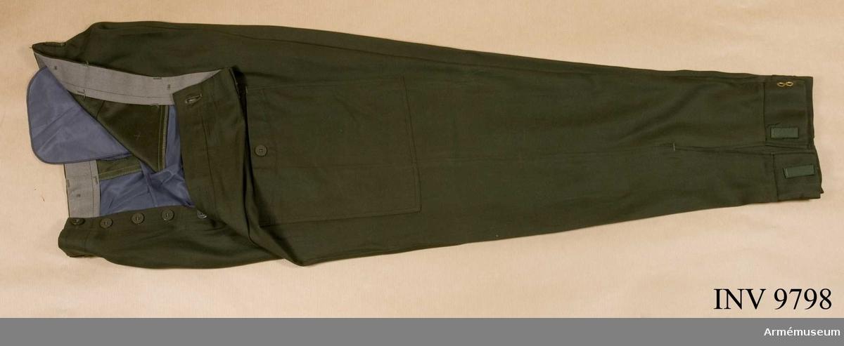 Fältbyxor m/1959.Storlek C 50. Har fasta damasker och två sidofickor och en bakficka samt hällor för bälte. Jylf med knappar.   Samhörande nr är AM.009797