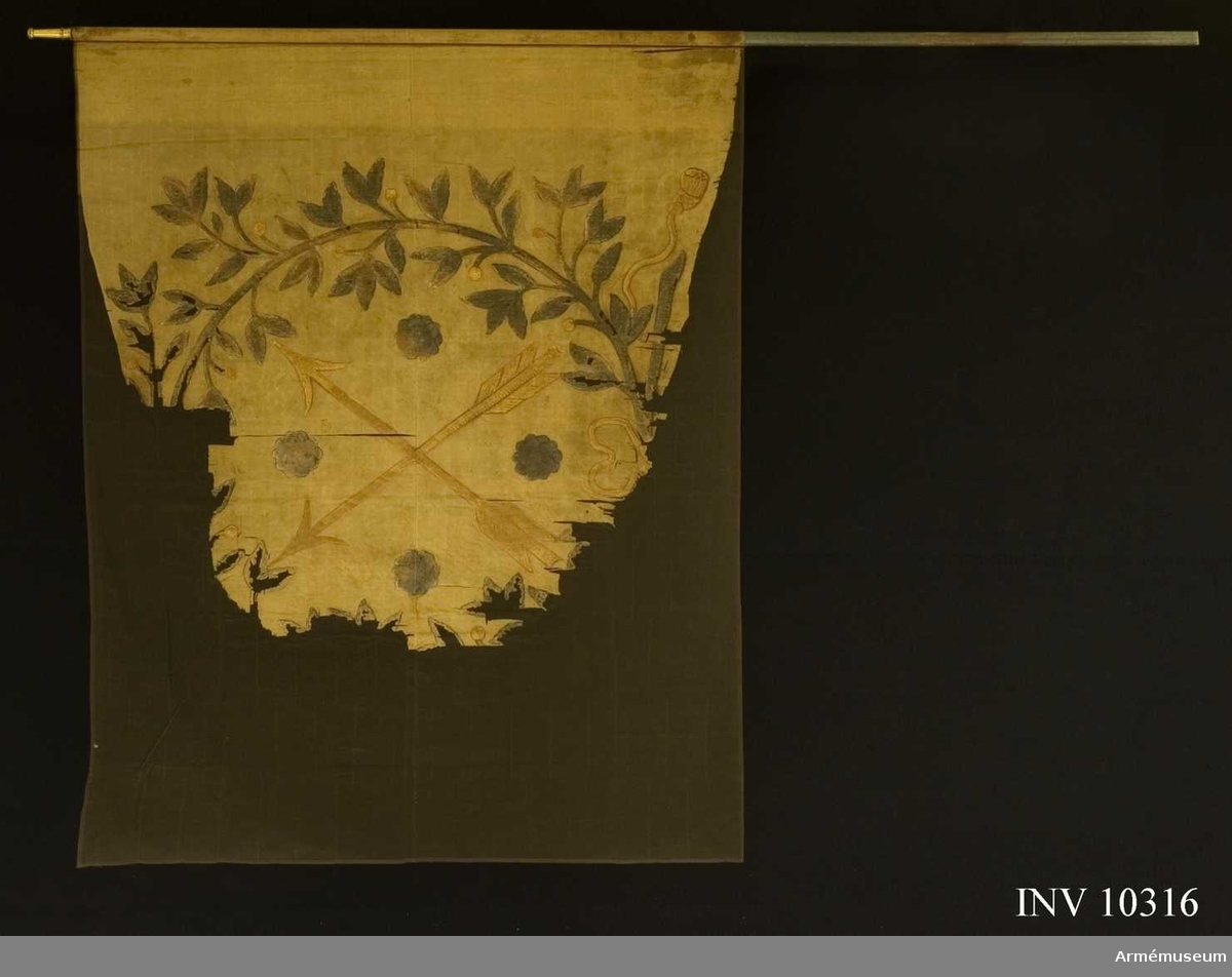 Grupp B I.  Fanduk av gulröd (blekt röd) taft med målade emblem: Närkes sköldemärke, två korslagda pilar i guld med fyra rosor i silver i vinklarna; omgivet av lagerkrans av två korslagda kvistar med rikt bladverk och bär. Kransen silvergrön (nu grafitsvart) med grön, blå och svart skuggning. Band och pilar gula med bruna konturer.Stång av blåmålad furu, nedtill avsågad. Holk av förgylld mässing, 0,1 m lång. Spets saknas.