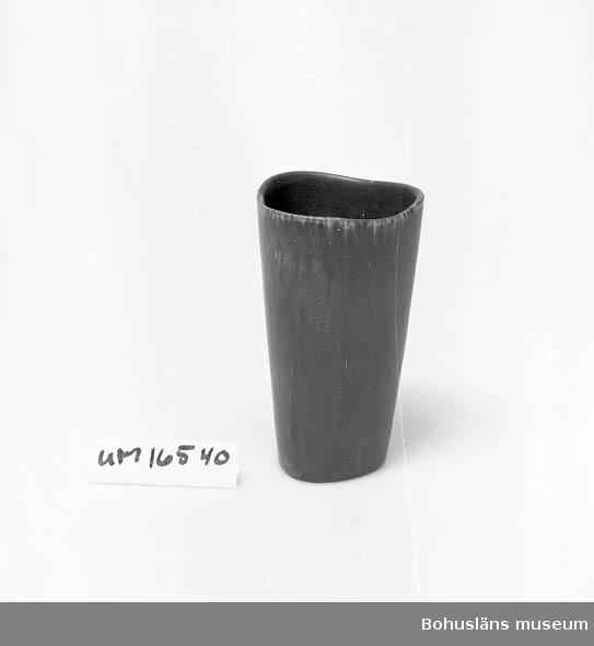 Design G.N. (Gunnar Nylund), drejarsign.  ASK. Stengods. Auktionsköp. ::