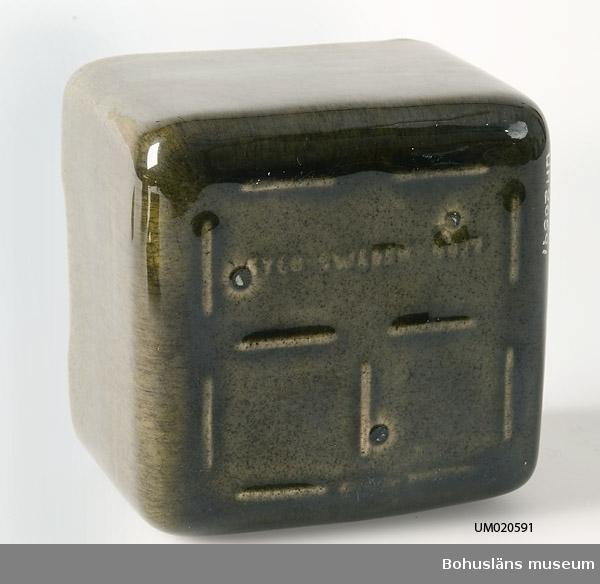 """Rektangulär, grönglaserad smörask med brunglaserat lock.  Märkt i botten med signatur: """"SYCO Sweden 4097."""""""
