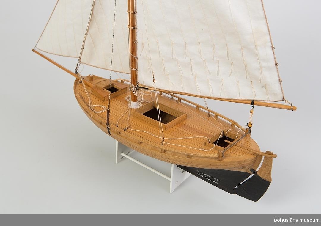Däcksbåt med segel. Modell av makrillgarnbåten Ställ tillhör, ingår ej i måttangivelserna.
