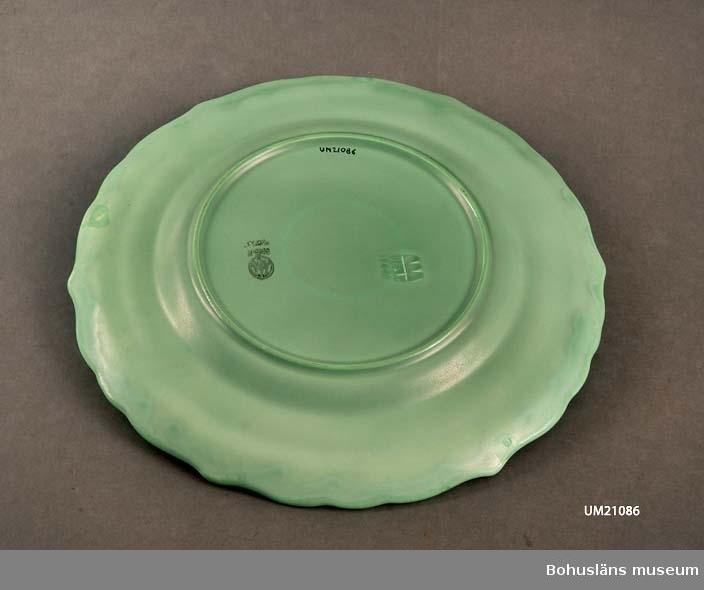 """Fatet är grönt, i botten är fabriksmärket stämplat och """"Made in Sweden"""" samt """"2853"""". Fabriksmärket är inpressat i botten."""