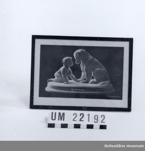 """Avbildad parianfigurin (skulptur) med motiv av barn och hund. På skulpturens sockel tryckt """"Du kan inte tala""""."""