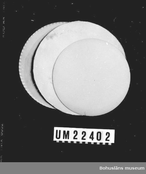 """Det största tårtunderlägget har texten: """"A-B Svenssons konditori Uddevalla Telefon 10103"""".  UMFF 106:12"""