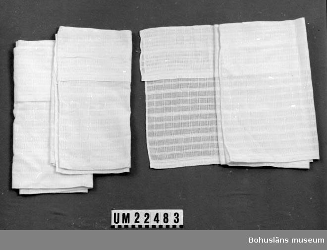 594 Landskap BOHUSLÄN  Gardinen har en dubbelkappa påsydd i överkanten av samma slags tyg. Den påsydda kappan är 10 cm. bred.  UMFF 116:3