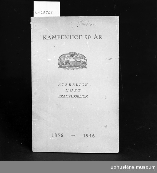 """594 Landskap BOHUSLÄN 503 Kön MAN 394 Landskap BOHUSLÄN  """"Kampenhof 90 år"""" återblick, nuet. framtidsblick 1856-1946."""", 13 sidor.  Skrivet med bläck:""""Gustaf Karlsson"""" Se UM22759 Neg. UM138:1  Förvärv, Se Placering. För upplysningar om ägarna, Gunnar och Greta Karlsson, se UM18527. Gåvan omfattar UM22759 - UM22779."""