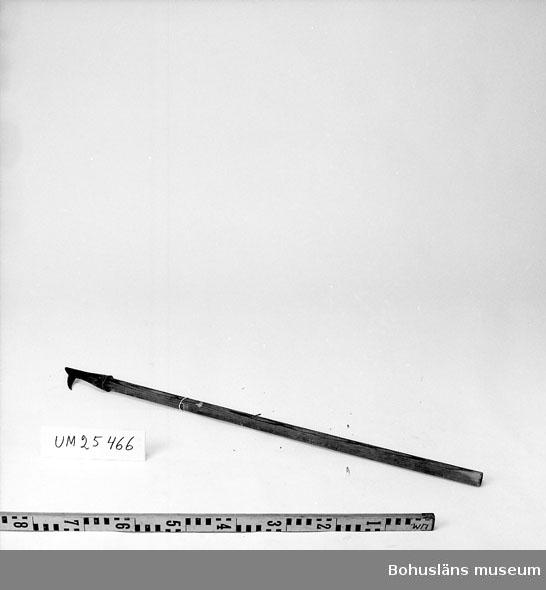 594 Landskap BOHUSLÄN  Närmast båthaksliknande redskap. Redskap att putta tunnor framför sig med vid förflyttning. (Kompletterat med uppgift om funktionen antecknad på insamlingsblankett. 1999-07-01 VBT)