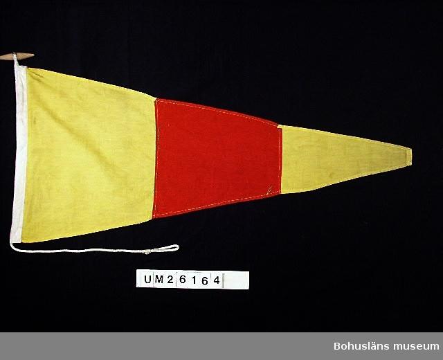 """Vertikalt indelad i tre fält, ett rött i mitten omgivet av ett gult fält på vardera sidan.  Betyder: """"0"""".  Användning se UM026139  Personuppgifter se UM026024"""