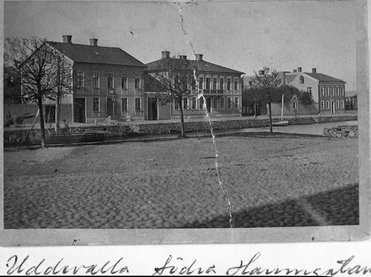 """Text på kortet: """"Uddevalla. Södra Hamngatan""""."""