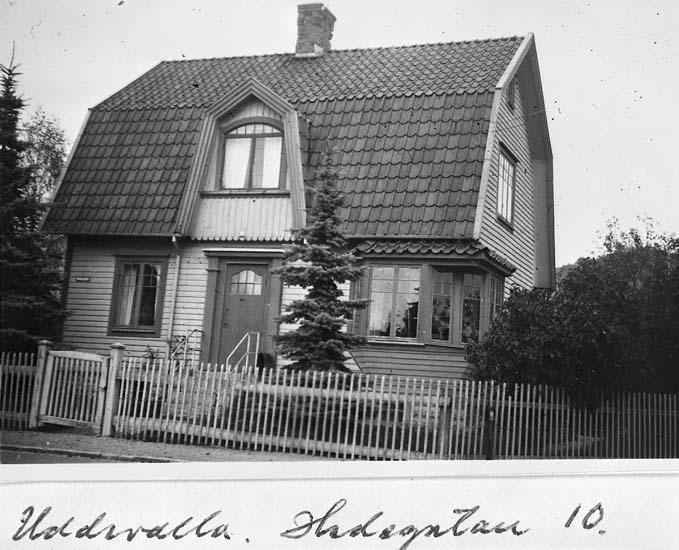 """Text på kortet: """"Uddevalla. Hedegatan 10""""."""