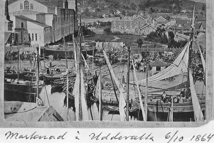 """Text på kortet: """"Marknad i Uddevalla 6/10 1864. Hamnbassängen o Kampenhof""""."""