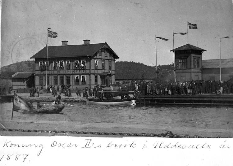 "Text på kortet: ""Konung Oscar II:s besök i Uddevalla år 1887"". .   ::"