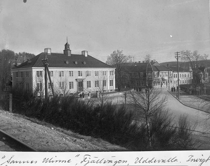 """Text på kortet: """"Sannes Minne, Fjällvägen, Uddevalla. Invigt år 1921. Utrymt för rivning år 1970-71""""."""