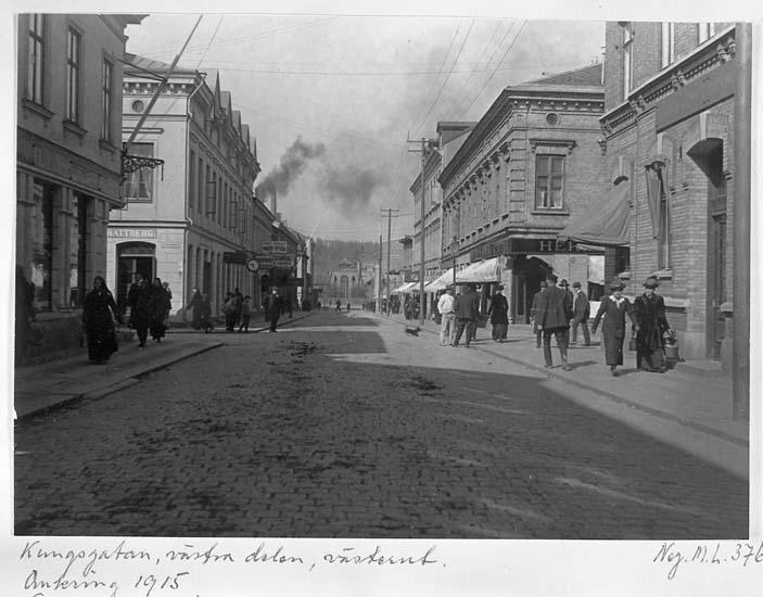"""Text på kortet: """"Kungsgatan, västra delen, västerut. Omkring 1915""""."""