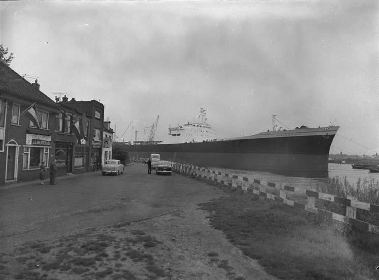 Dockning i Holland av 203:an Burl S. Watson.