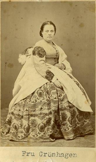 """Text på kortets baksida: """"Fru Grönhagen""""."""