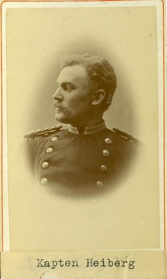 "Text på kortets baksida: ""Kapten Charles Herman Gerhard Heiberg Uddevalla, f. 1848""."