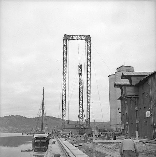 """Enligt notering: """"Den nya hamnkranen okt 1951""""."""