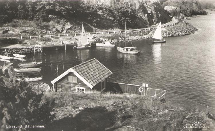 """Tryckt text på kortet: """"Ulvesund. Båthamnen"""".    ::"""