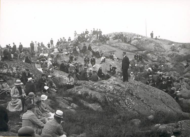 """Noterat på kortet: """"Lysekil. Fornminnessällskapet Vikarvets ting 1924. Rektorn i Dingle talar."""" """"Foto (D69) Dan Samuelson 1924. Köpt av dens. Dec. 1958."""""""