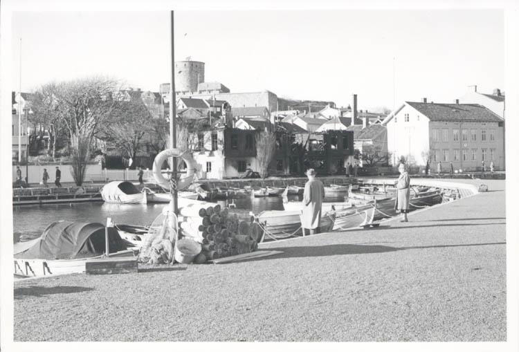"""Noterat på kortet: """"Marstrand. Far o mor på bryggan framför Westbergs Pensionat efter eldsvådan 4.11.1961."""""""