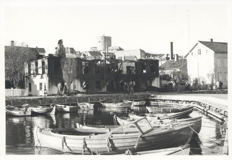 """Noterat på kortet: """"Marstrand. Westbergs Pensionat efter eldsvådan 4.11.1961."""""""