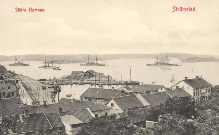 """Tryckt text på kortet: """"Södra Hamnen. Strömstad."""" """"Larssons Bokhandel, Strömstad."""""""